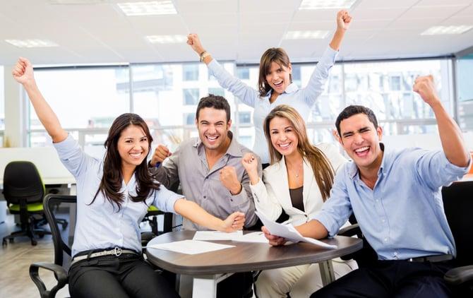 Étudiants heureux d'avoir réussi un examen