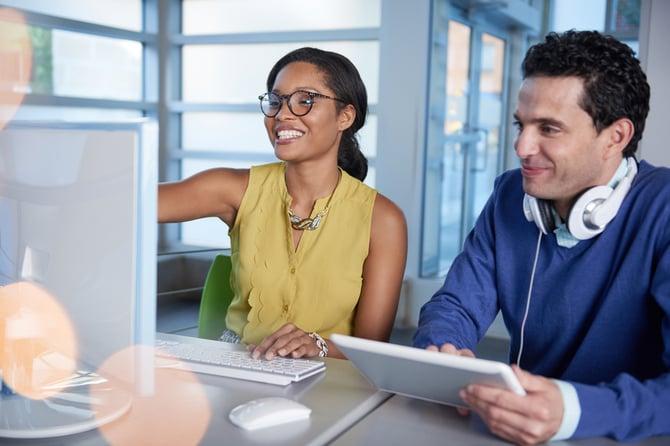 Deux personnes regardant un ordinateur
