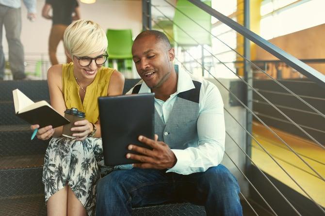 Deux personnes devant leur tablette