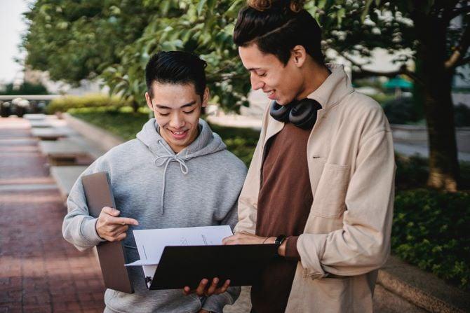 Le niveau de langue intermédiaire correspond généralement à un niveau en fin de lycée
