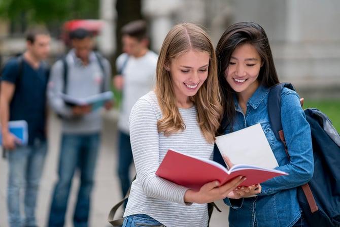 Deux étudiantes lisant un livre