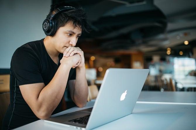 Étudiant révisant sur ton ordinateur